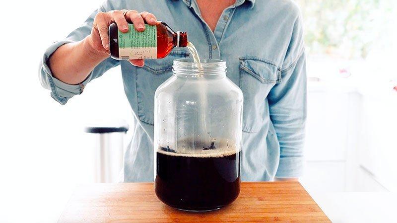 Pouring starter kombucha into jar